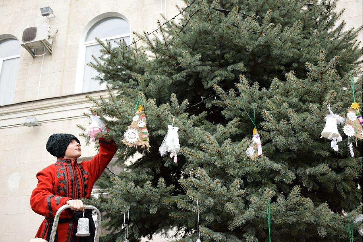 Без Купюр Школярі Кропивницького прикрасили ялинки на площі перед міськрадою Події  ялинка Кропивницький Кропивницька міська рада