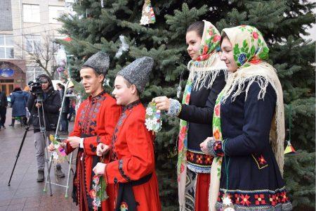 Школярі Кропивницького прикрасили ялинки на площі перед міськрадою