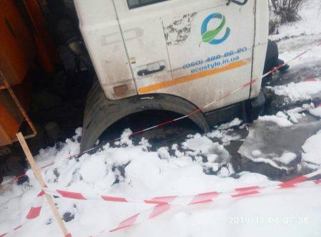 У Кропивницькому колесо сміттєвоза провалилось під землю. ФОТО