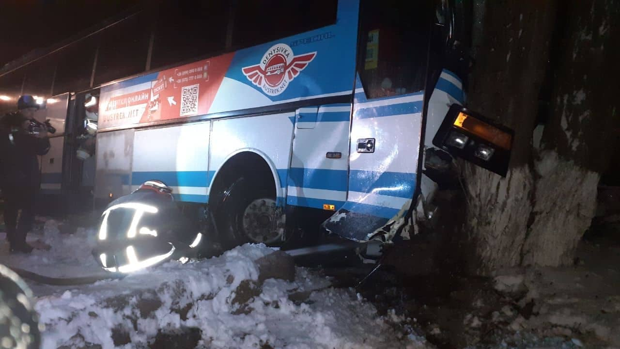 Без Купюр Дві ДТП на Кіровоградщині: ВАЗ зіткнувся з локомотивом, автобус - із легковиком. ФОТО За кермом  локомотив ДТП автобус