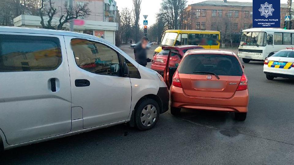 Без Купюр У Кропивницькому на перехресті зіткнулись легковики. ФОТО За кермом  перехрестя ДТП