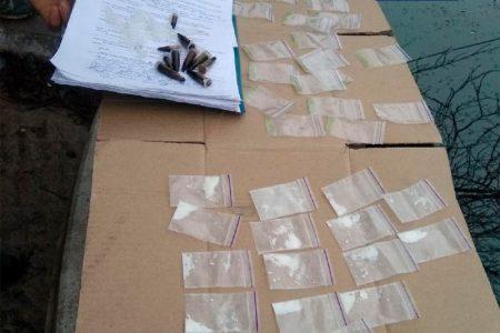 """У Кропивницькому затримали чоловіка, який, імовірно, робив """"закладки"""" наркотиків. ФОТО"""