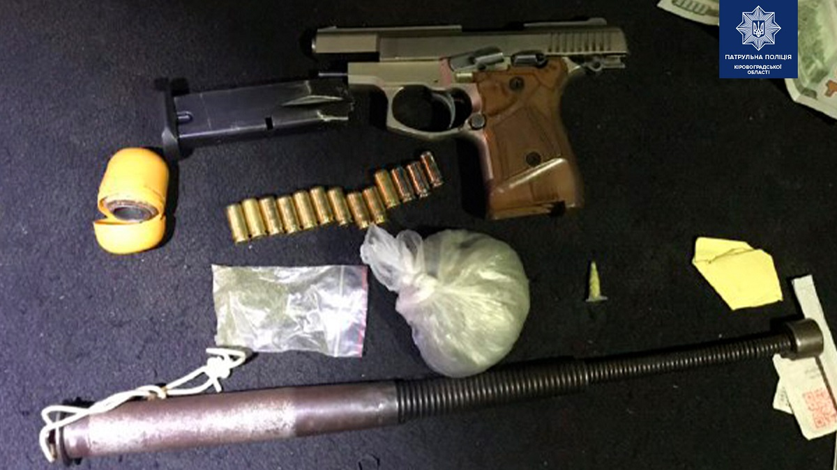 Без Купюр У жителя Кропивницького правоохоронці знайшли пістолет та наркотики Кримінал  Патрульна поліція наркотики