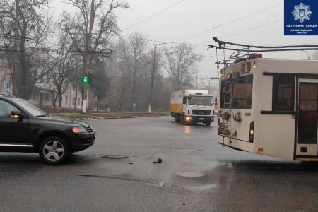 "У Кропивницькому контактна частина ""струмоприймача"" тролейбуса впала на ""Volkswagen"". ФОТО"