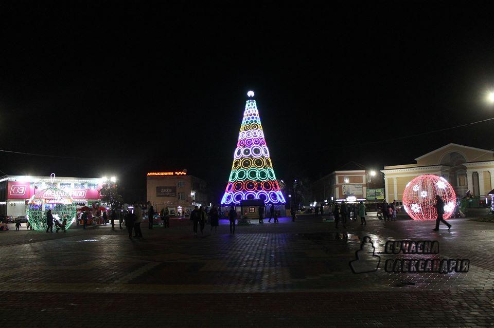 Без Купюр В Олександрії біля новорічної ялинки встановили світлові кулі. ФОТО Події  ялинка Олександрія Кіровоградщина