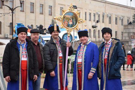 У центрі Кропивницького співають і віншують. ФОТО