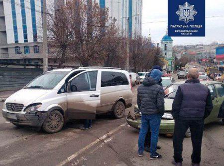 У центрі Кропивницького зіткнулися 3 авто