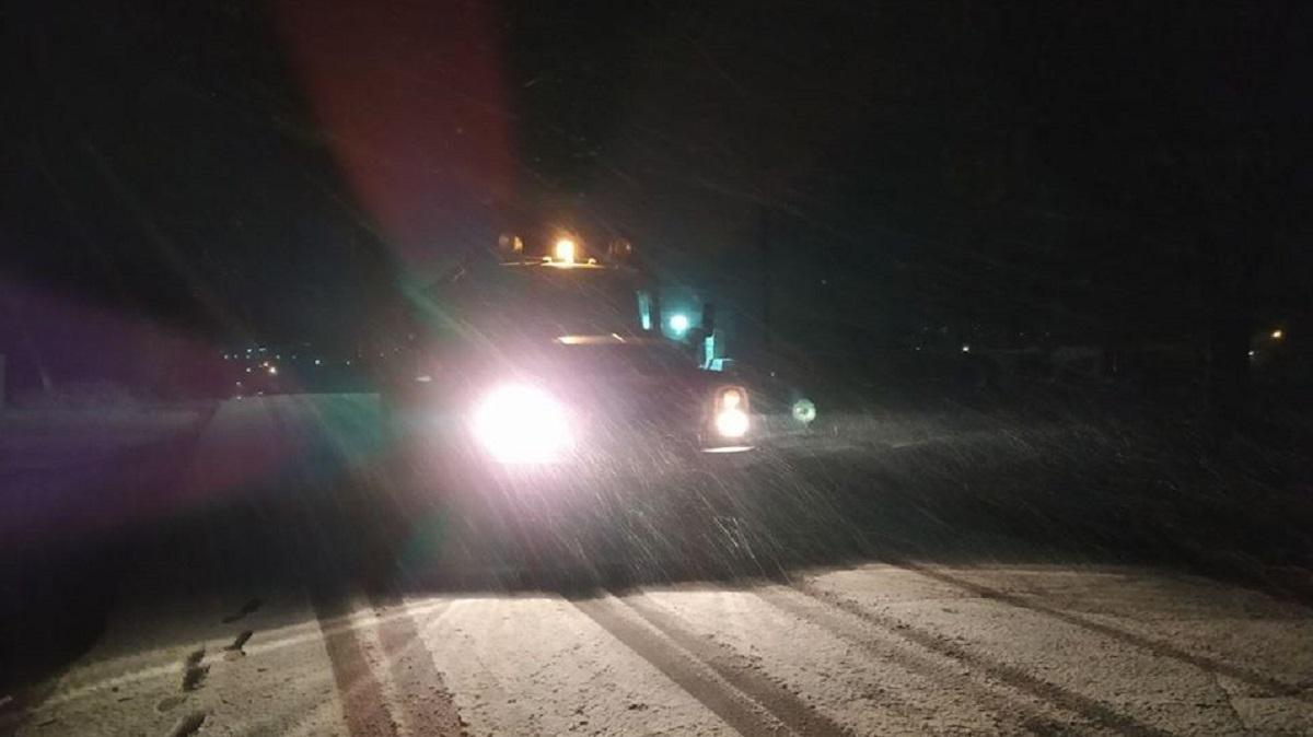 Без Купюр У п'яти районах Кіровоградської області випав сніг Життя  служба автомобільних доріг ожеледиця