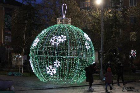 В Олександрії біля новорічної ялинки встановили світлові кулі. ФОТО