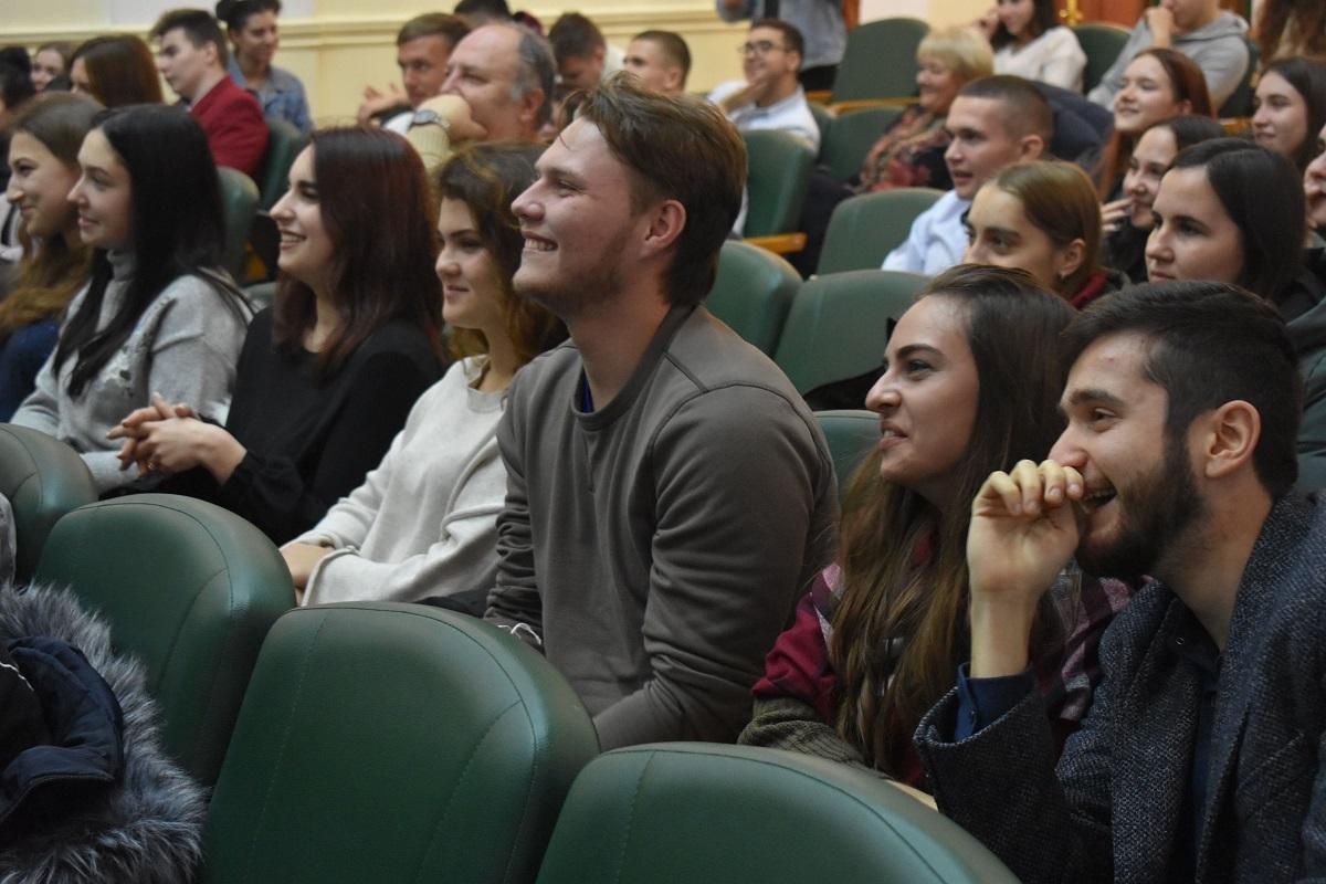 Без Купюр У Кропивницькому відбувся відбірковий тур обласного молодіжного чемпіонату гумору Події  молодіжна ліга гумору