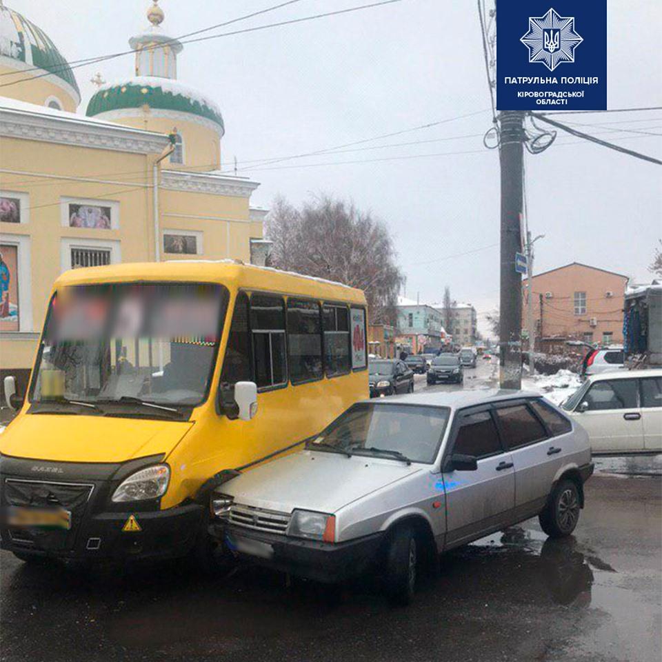 Без Купюр У Кропивницькому зіткнулися маршрутка та легковик. ФОТО За кермом  маршрутка Кропивницький ДТП
