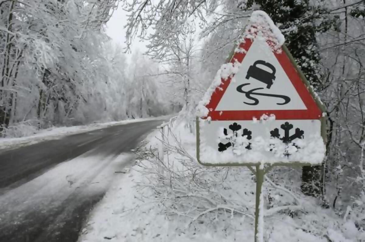 Без Купюр Сьогодні, через погіршення погоди, патрульні рекомендують утриматись від поїздок на авто За кермом  Патрульна поліція мокрий сніг замети 2020 рік