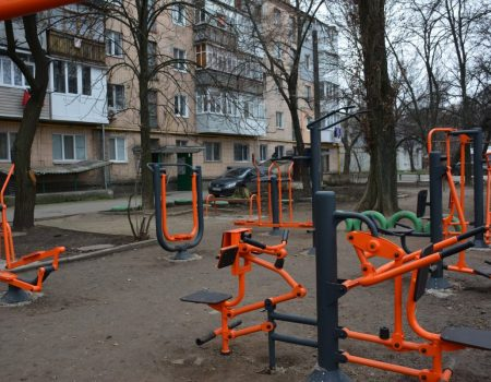 У Кропивницькому завершують встановлювати вуличні тренажери, придбані за кошти Держбюджету. ФОТО