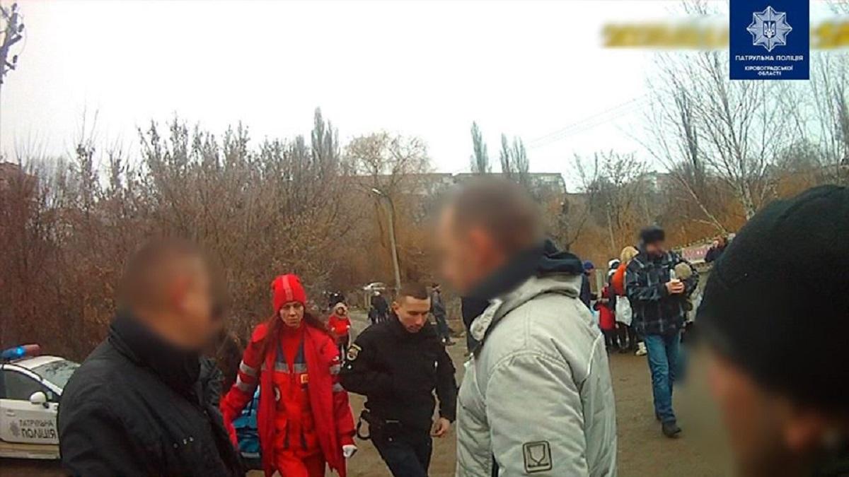 Без Купюр У Кропивницькому патрульні допомогли чоловіку,  якому стало зле біля купелі Життя  Патрульна поліція домедична допомога 2020 рік