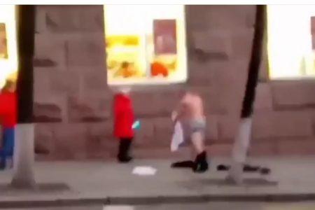 У Кропивницькому патрульні викликали швидку голому чоловікові