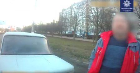 У Кропивницькому п'яний водій пропонував патрульним хабар. ВІДЕО