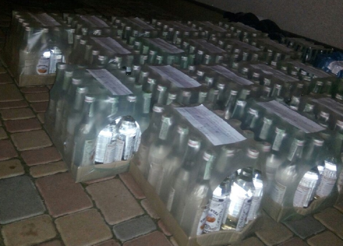 Без Купюр У Кропивницькому в гаражі знайшли півтори тонни фальсифікованого алкоголю Кримінал  Кіровоградська обласна прокуратура вилучення алкоголю 2020 рік
