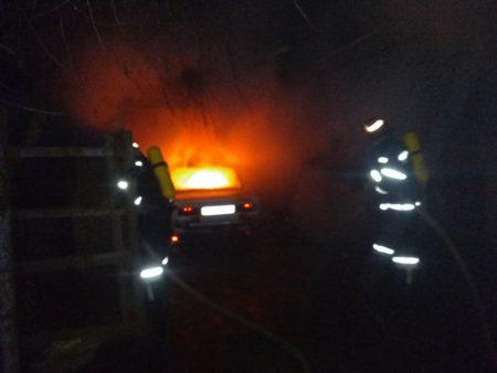 На Кіровоградщині в гаражі горіла автівка. ФОТО