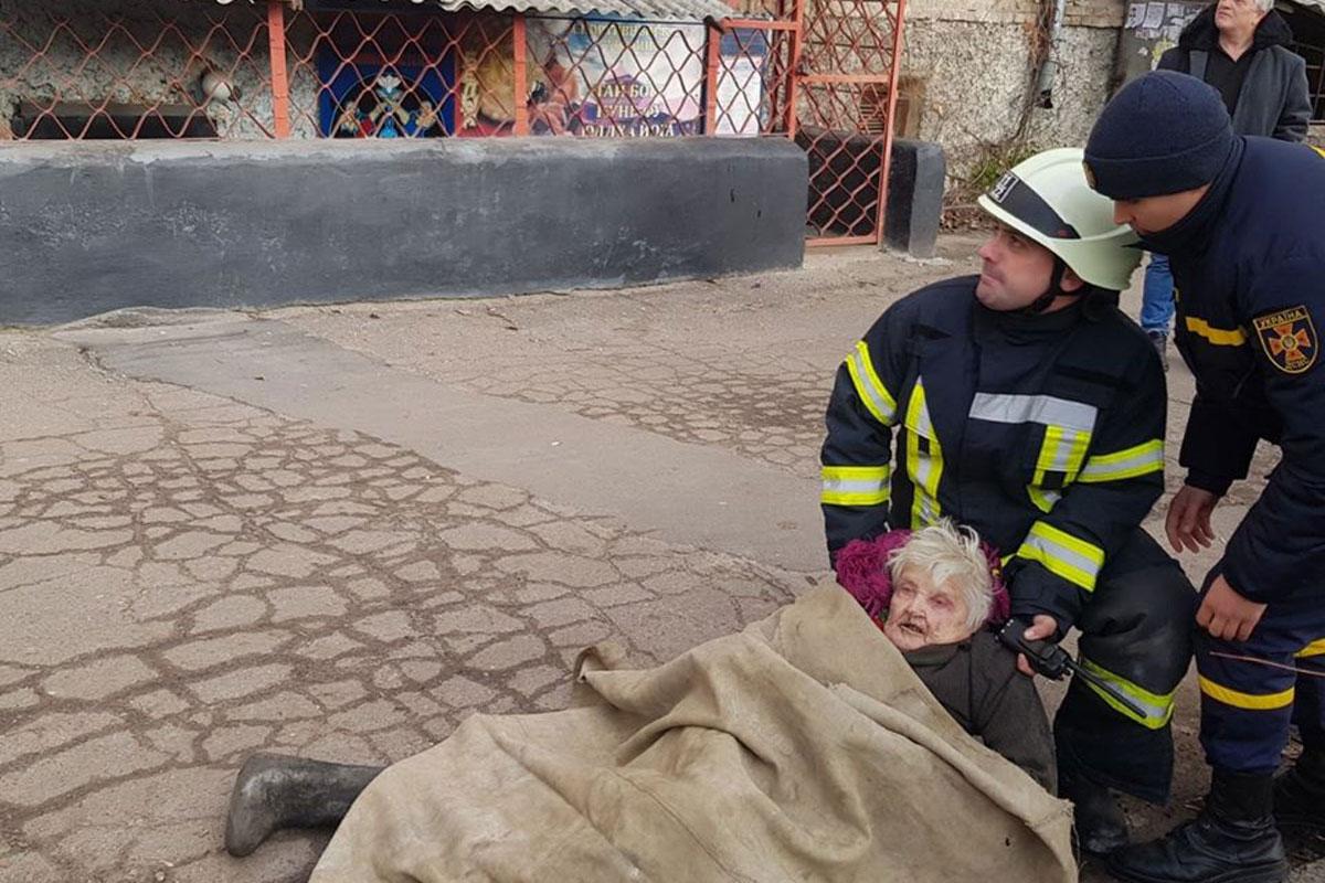 Без Купюр Пожежа в Кропивницькому: врятували немічну бабусю. ФОТО Події  пожежа Кропивницький ДСНС 2020 рік