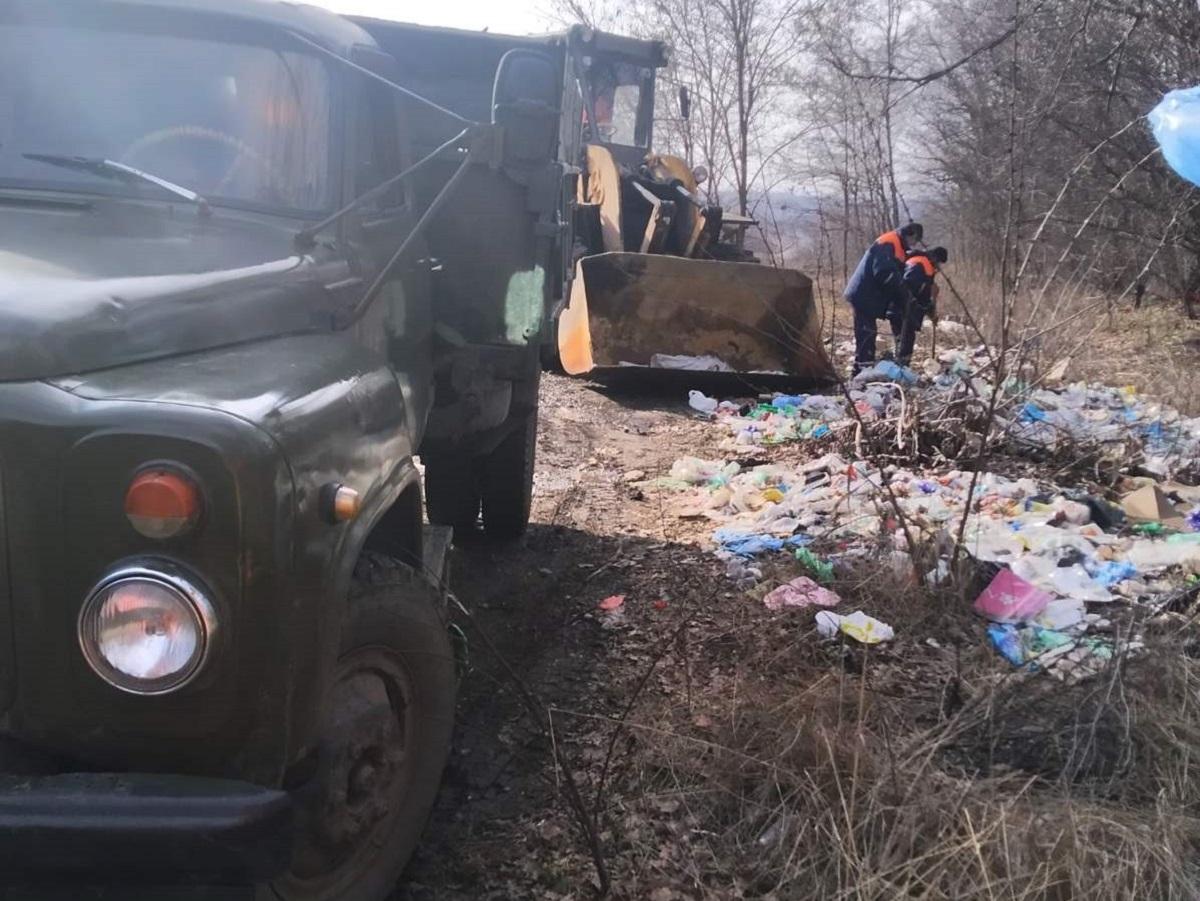 Без Купюр На Кіровоградщині вивезли понад 26 вантажівок сміття з узбіч доріг Життя  служба автомобільних доріг облавтодор 2020 рік