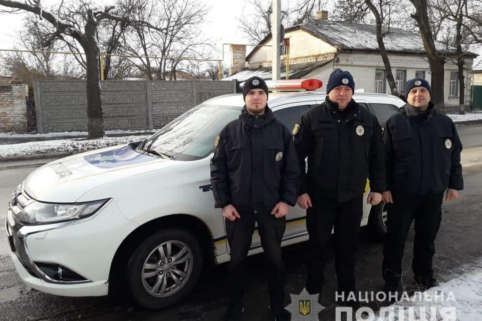 Без Купюр В Олександрії поліцейські врятували чоловіка з палаючої автівки Події  Олександрія горіло авто 2020 рік