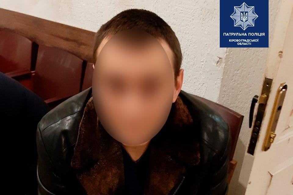 Без Купюр Патрульні затримали чоловіка, який пограбував поштове відділення селища Нового Кримінал  пограбування Патрульна поліція 2020 рік