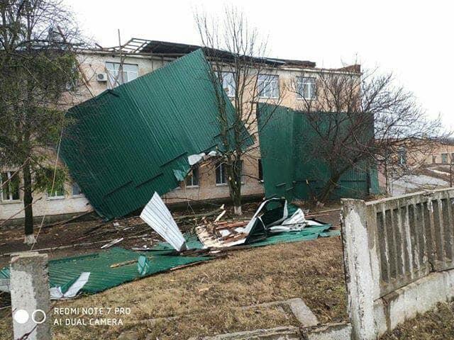 Без Купюр У Голованівську заявили, що покрівлю лікарні, яку знесло вітром, реконструювали з порушеннями Події  негода Голованівська ЦРЛ 2020 рік
