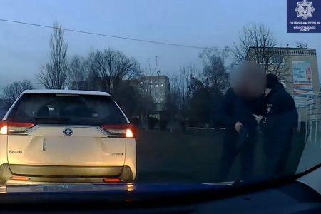 У Кропивницькому водій пропонував патрульним хабар. ВІДЕО