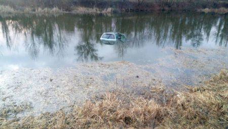 В Олександрії рятувальникам довелося діставати автівку з річки. ФОТО
