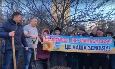 У Кропивницькому жителі будинку по вулиці Попова засипали яму, яку вирив забудовник