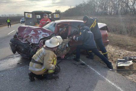Рятувальникам довелося діставати водія з автівки на трасі М-12