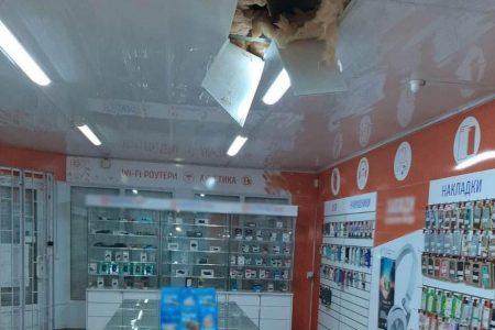 У Малій Висці крадії намагались потрапити до магазину техніки через дах