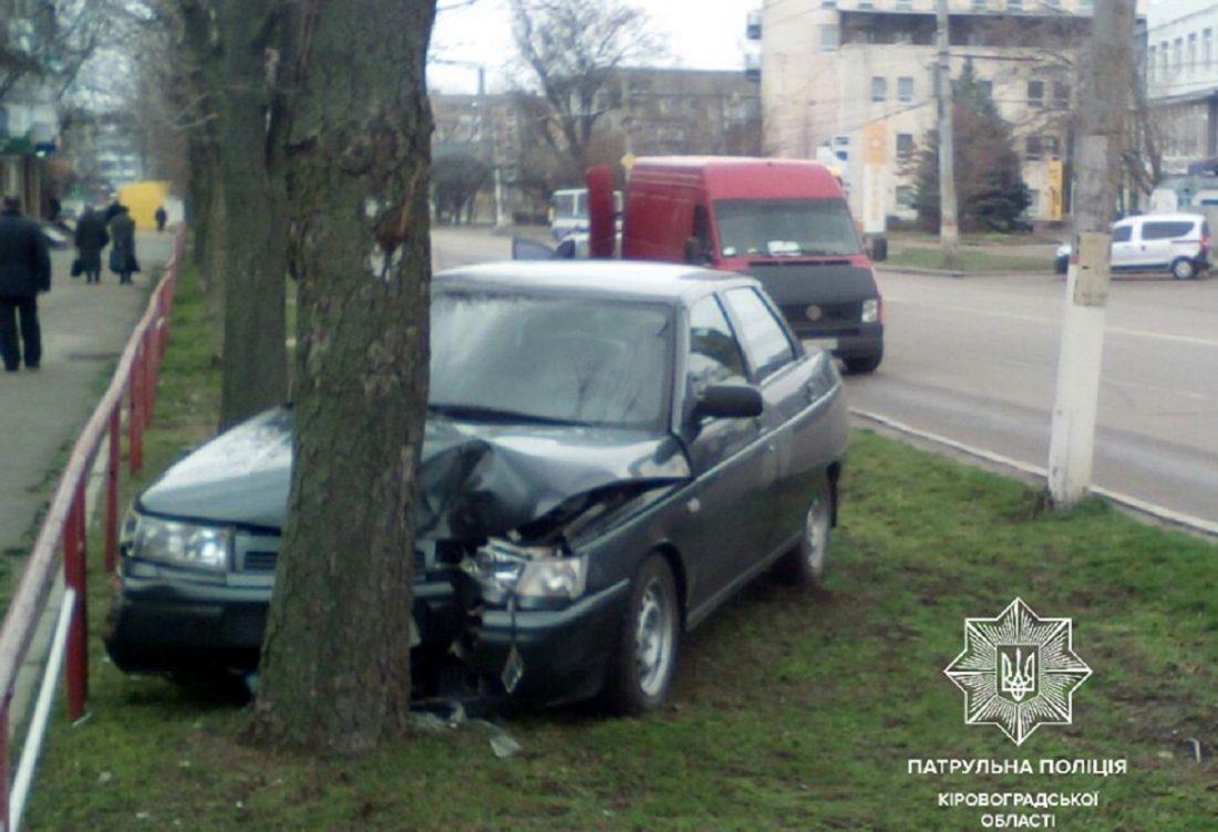 Без Купюр У Кропивницькому «ВАЗ» після зіткнення з «Chevrolet» в'їхав у дерево. ФОТО За кермом  Патрульна поліція Кропивницький ДТП 2020 рік