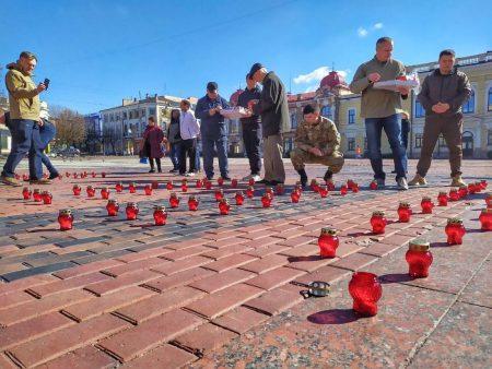 204 свічки поставили в Кропивницькому в пам'ять про полеглих добровольців. ФОТО
