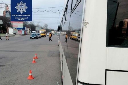 У Кропивницькому вантажівка зіткнулася з тролейбусом