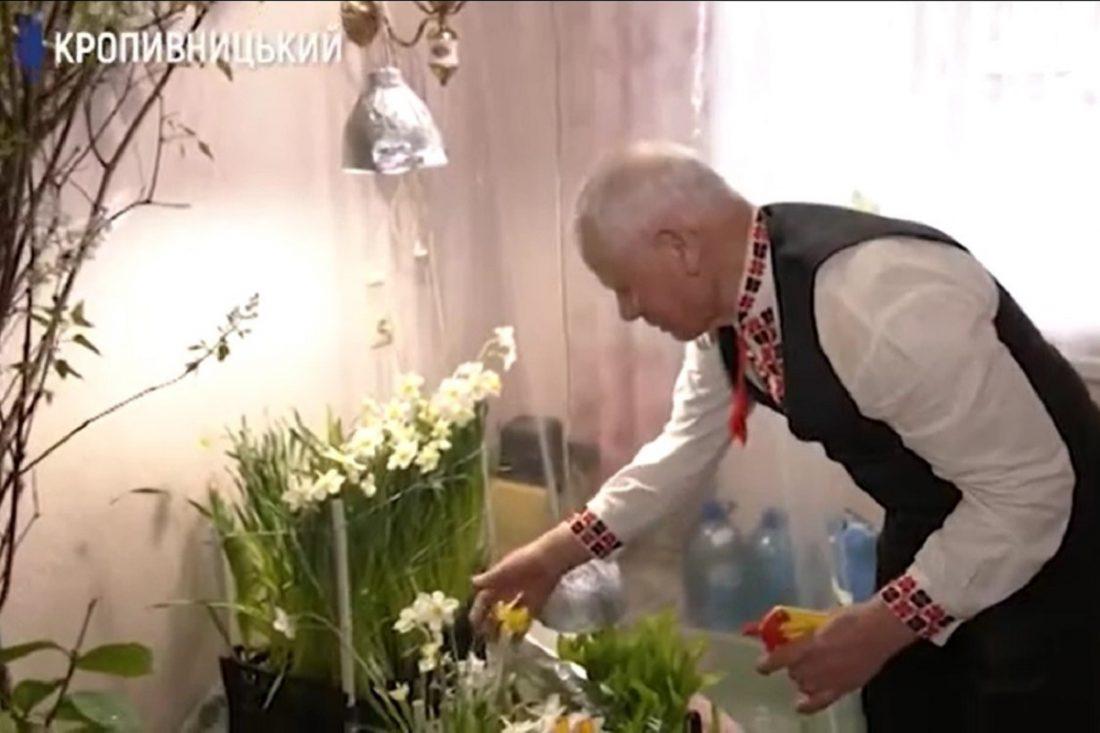 Без Купюр 75-річний кропивничанин вирощував у квартирі квіти, щоб привітати колег з 8 Березня Життя  Суспільне привітання 8 березня 2020 рік