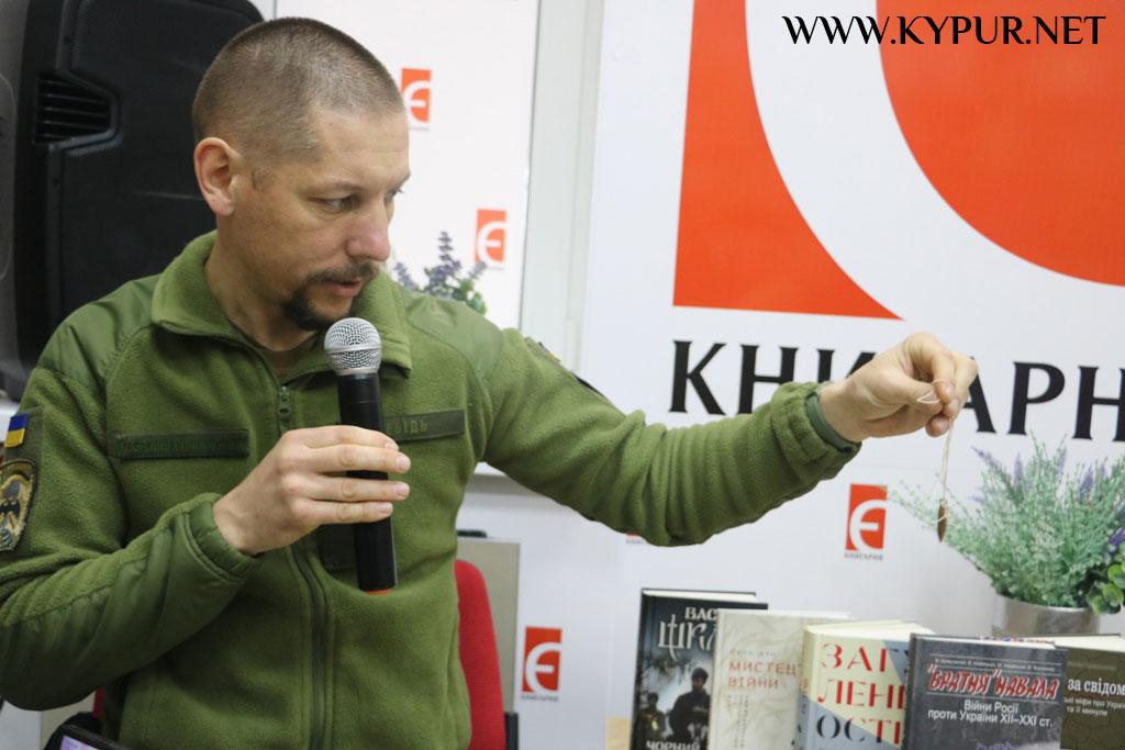 Книга, як зброя: у Кропивницькому стартував проєкт з продажу книг про війну. ФОТО 2
