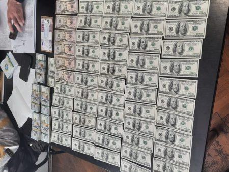 Тисячі доларів та євро знайшли в кабінеті у підполковника поліції з Кіровоградщини. ФОТО