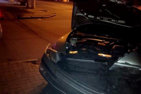 В центрі Кропивницького опівночі не розминулися дві автівки. ФОТО