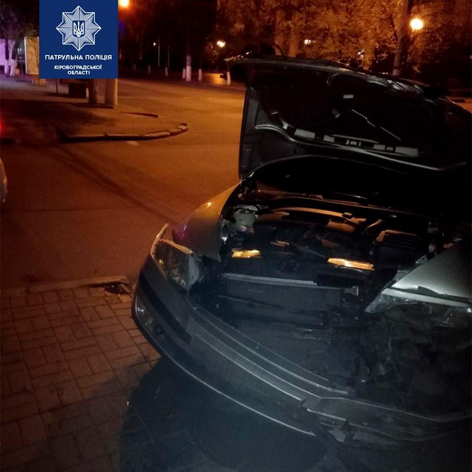 Без Купюр В центрі Кропивницького опівночі не розминулися дві автівки. ФОТО За кермом  Патрульна поліція ДТП 2020 рік