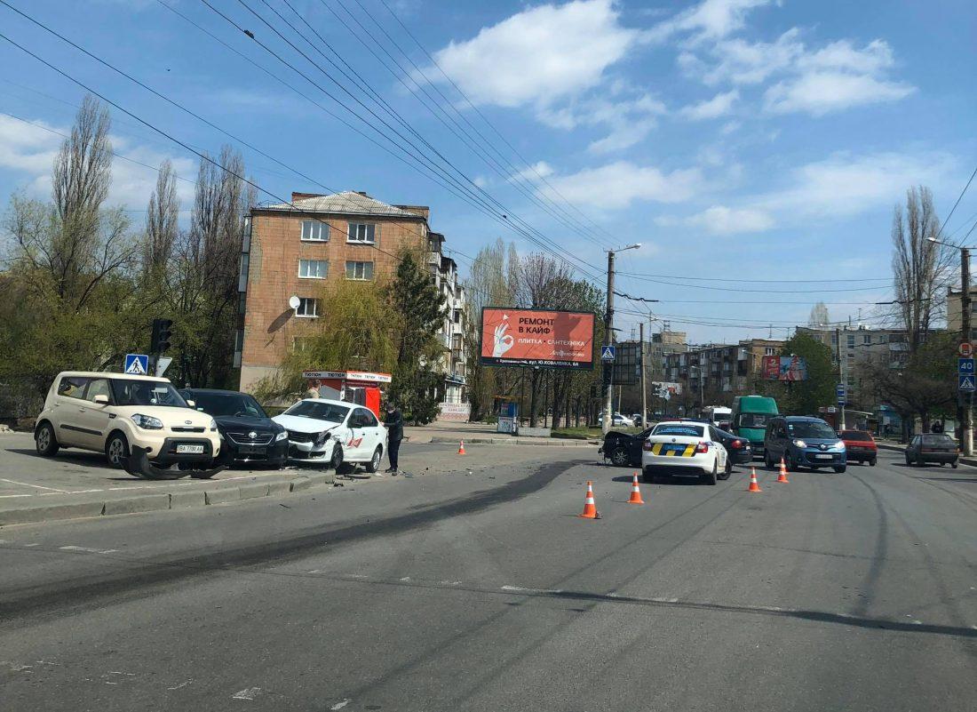 Без Купюр Чотири автівки постраждали в ДТП у Кропивницькому. ФОТО За кермом  Патрульна поліція ДТП 2020 рік