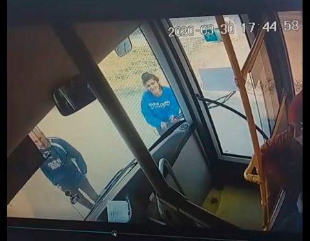 У Кропивницькому чоловік і жінка розбили скло автобуса через прохання надіти маски. ВІДЕО