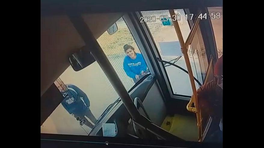 Без Купюр У Кропивницькому чоловік і жінка розбили скло автобуса через прохання надіти маски. ВІДЕО Вiдео  пасажирський транспорт конфлікт автобус 2020 рік