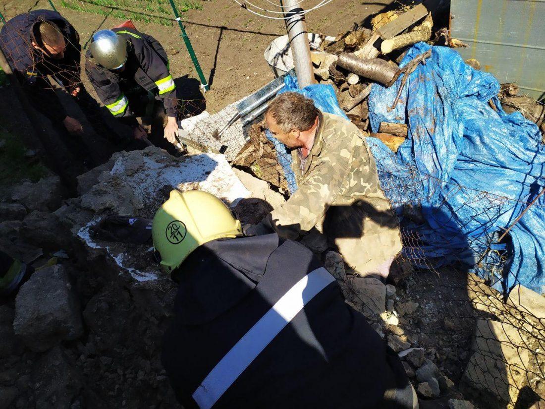 Без Купюр У Долинській рятувальники дістали чоловіка з-під заваленої стіни сараю. ФОТО Події  рятувальники обвал Долинська 2020 рік