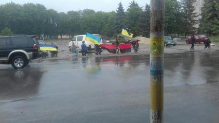 Жителі Знам'янки на колінах під дощем зустрічали тіло загиблого 24-річного героя