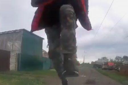 """У Новомиргороді пішохід """"пройшовся"""" по чужому авто. ВІДЕО"""