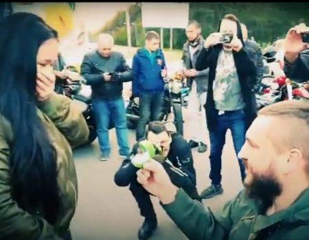 Освідченням по-байкерськи кропивничанин привітав дівчину з 10-ою річницею кохання. ВІДЕО