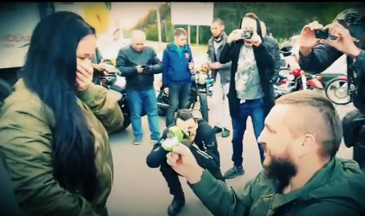 Без Купюр Освідченням по-байкерськи кропивничанин привітав дівчину з 10-ою річницею кохання. ВІДЕО Вiдео  Суспільне освідчення весілля байкери youtube 2020 рік