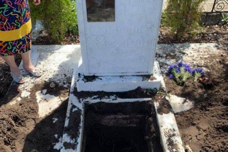 """Священник, який намагався викопати """"свого колегу"""" на кладовищі в Кропивницькому, перебуває на лікуванні. ВІДЕО"""
