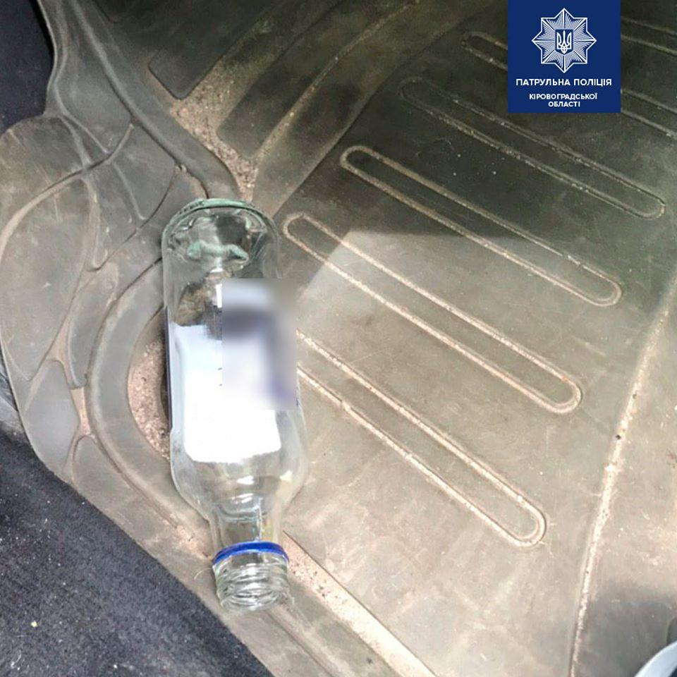 Без Купюр Кропивничанин напідпитку намагався втекти від патрульних до лісу, залишивши авто За кермом  Патрульна поліція п'яний водій 2020 рік